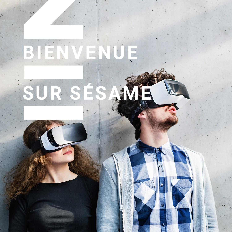 jeunes étudiants avec lunettes VR dans une bibliothèque